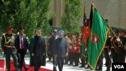 Presiden Afghanistan Hamid Karzai menyambut kunjungan PM India Manmohan Singh dalam upacara resmi di Kabul (12/5).