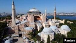 Hagia Sophia atau Ayasofya di Istanbul Turki, bekas gereja katedral di jaman kerajaan Bizantium dan pernah menjadi masjid di jaman Dinasti Ottoman (foto: dok).