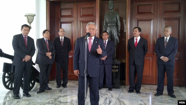 Menteri Pertahanan Purnomo Yusgiantoro memberikan informasi mengenai hasil pembicaraannya dengan Menhan Australia David Johnstons di Kantor Kementerian Pertahanan di Jakarta, 8/11/2013.