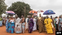 Des rois de divers districts d'Abomey arrivent pour assister aux funérailles de Dah Dedjalagni Agoli-Agbo, monarque de l'ancien royaume militariste du Dahomey, à Abomey, au Bénin, le 11 août 2018.