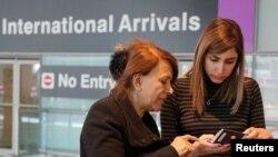 来自伊朗的旅客抵达美国机场(2017年2月6日)
