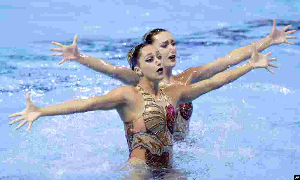 اجرای «شنای موزون» توسط ورزشکاران آمریکایی در روز پنجشنبه در مسابقات جهانی شنا و شیرجه کره جنوبی.