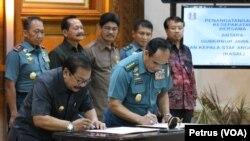 Gubernur Jawa Timur Soekarwo dan KSAL Laksamana TNI Ade Supandi menandatangani perjanjian kerjasama di bidang pendidikan dan keterampilan kerja di bidang maritim, di Gedung Negara Grahadi, Surabaya, Selasa, 24 Januari 2017. (Foto: VOA/Petrus Riski).