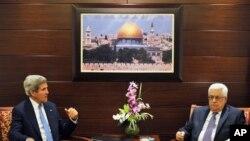 19일 회담을 벌이는 존 케리 미국 국무장관과 마무드 압바스 팔레스타인 자치정부 수반 (자료사진)