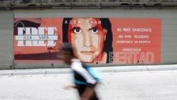 Un hombre pasa frente a un mural de apoyo a Alex Saab en Caracas, Venezuela, el 9 de septiembre de 2021.
