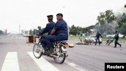La police congolaise en patrouille, dégage une barricade érigée à une intersection près de l'Echangeur de Limete à Kinshasa, 19 septembre 2016.