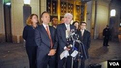 Los abogados de Ghailani hablan con los medios de comunicación después del juicio en Nueva York.