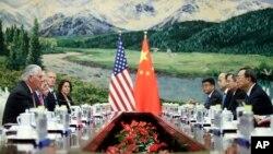 Waziri wa mambo ya nje wa Marekani Rex Tillerson, kushoto, akikutana na Kansel wa kitaifa wa China Yang Jiechi kwenye BUnge la Wananchi, Jumamosi, Sept. 30, 2017, mjini Beijing, China.