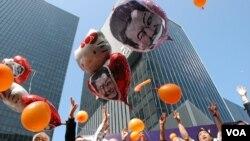 遊行結束後,大會放出印有梁振英頭像的氣球,喻意北京應該「放棄」梁振英(美國之音湯惠芸拍攝)