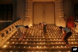 Esrilanqueses encienden velas durante un evento para expresar solidaridad con las víctimas de los ataques del Domingo de Pascua, en Colombo, Sri Lanka. Abril 28 de 2019.