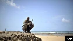 Un homme armé appartenant à une milice formée pour sécuriser Marka, le 30 avril 2014. (AFP PHOTO)