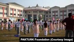 پاک ـ ترک انټرنیشنل ایجوکېشن فاؤنډېشن سره پاکستان کې ۲۸ سکولونه او کالجونه دي چرته چې نزدې ۱۲۰۰ پاکستاني او ۱۳۴ ترکيان کارکوونکي دي او په دغو ادارو کې نزدې ۱۱زره زده کړي کوونکی سبقونه وايي.