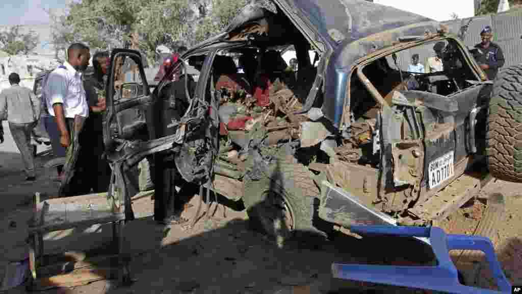La scène après l'explosion d'une voiture piégée, le 9 mars 2016 à Mogadiscio.