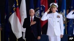 El vicepresidente Mike Pence asiste a una ceremonia con el comandante del Comando Indoamericano, admiral Phil Davidson, por la llegada de los restos que se cree pertenecen a miembros del servicio militar estadounidense que murieron en la Guerra de Corea. Base Conjunta Pearl Harbor-Hickam, Hawai, miércoles, 1 de agosto de 2018. (AP Photo / Susan Walsh)