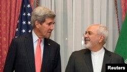 美国国务卿克里与伊朗外长扎里夫在瑞士洛桑谈判。