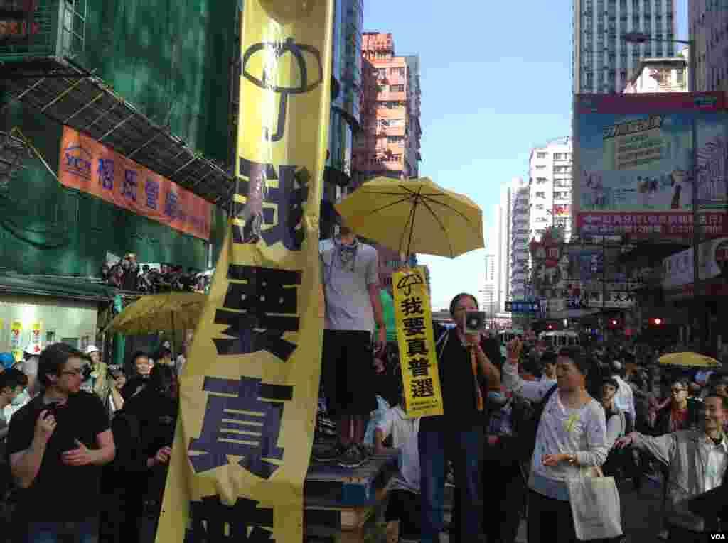 香港当局在旺角清场 (美国之音海彦拍摄)