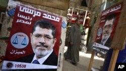 Poster kandidat presiden Ikhwanul Muslimin, Mohamed Morsi, yang diklaim unggul dari kandidat lainnya pada perhitungan awal pilpres di Mesir (24/5).