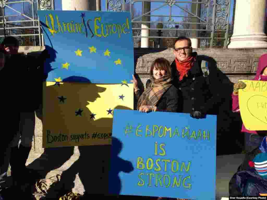 """Учасники акції підтримки Євромайдану скандували гасла """"Бостон - Київ - Євромайдан!"""", """"Ukraine IS Europe!"""" та """"Euromaidan is Boston Strong!"""""""
