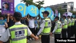 한국 법원이 이석기 통합진보당 의원의 내란선동 혐의 등에 대해 유죄를 인정, 항소심에서 징역 9년을 선고한 11일 서울고등법원 앞에서 통합진보당 당원들이 법원 판결에 반대하며 석방을 촉구하고 있다.