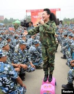 2008年6月21日,四川省德阳市汶川大地震发生后,中国歌唱家彭丽媛在一次慰问演出中演唱。