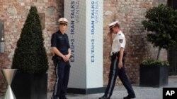 Oficials de policía aguardan frente al Palacio Coburg, donde se llevan a cabo las negociaciones nucleares.