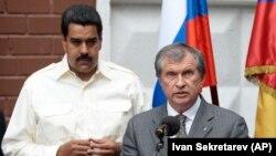ທ່ານນີໂຄລັສ ມາດູໂຣ (ຊ້າຍ) ຟັງ ທ່ານ Igor Sechin, ຫົວໜ້າບໍລິຫານ (CEO) ຂອງບໍລິສັດ Rosneft ກ່າວຄຳປາໄສຢູ່ໃນພິທີ ທີ່ຕັ້ງຊື່ຖະໜົນສາຍນຶ່ງຕາມຊື່ຂອງອະດີດປະທານາທິບໍດີ Hugo Chavez ຢູ່ນະຄອນມົສກູຂອງຣັດເຊຍໃນວັນທີ 2 ກໍລະກົດ, 2013