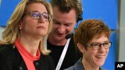 基督教民主联盟候选人克兰普-卡伦鲍尔(右)参加电视辩论(2017年3月26日)