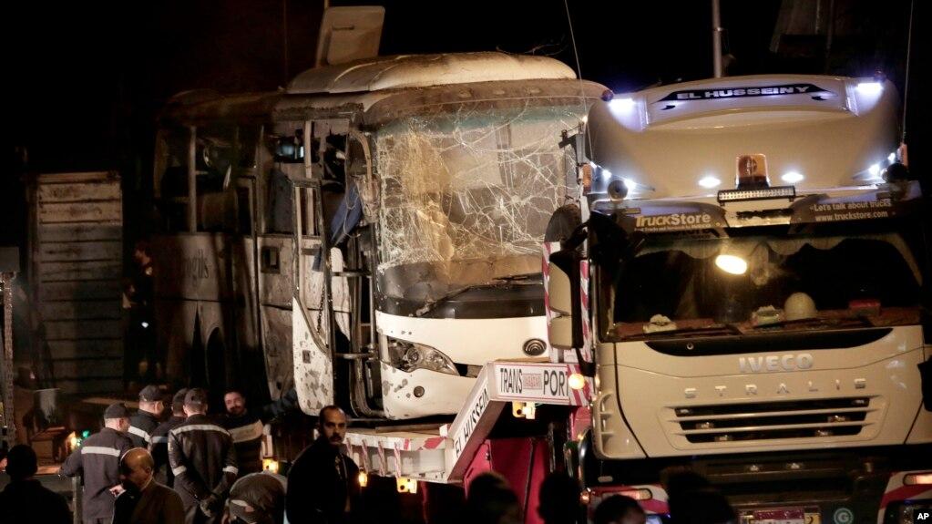 Поврежденный взрывом автобус