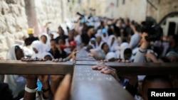 4月18日在耶路撒冷老城,基督徒抬着十字架游行,纪念耶稣受难日