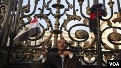 Las manifestaciones se extendieron a las puertas del Parlamento de Egipto en El Cairo.