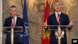 Crnogorski premijer Milo Đukanović i prvi čovek NATO-a Jens Stoltenberg (Arhiva)