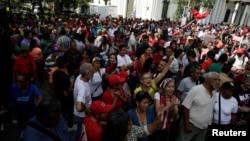 Para pendukung Presiden Venezuela Nicolas Maduro mengadakan aksi unjuk rasa tandingan di Caracas, Kamis (27/10).