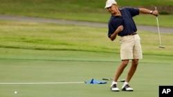 Obama recibió lecciones de golf de Butch Harmon, uno de los entrenadores de Tiger Woods.