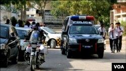 حملے کے بعد اسکول کے سامنے موجود پولیس موبائل