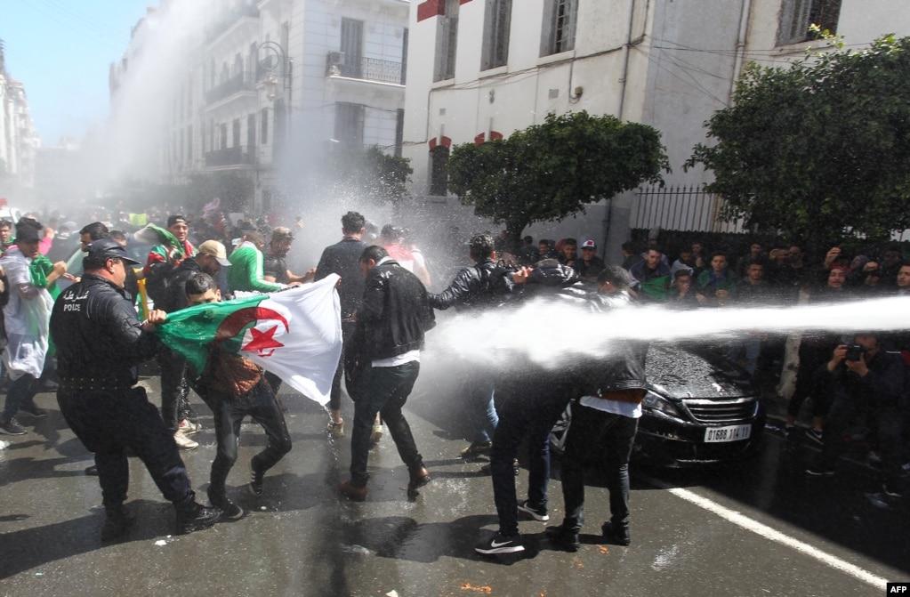 알제리 수도 알제에서 보안군들이 반정부 시위대를 해산시키기 위해 물대포를 발사하고 있다.