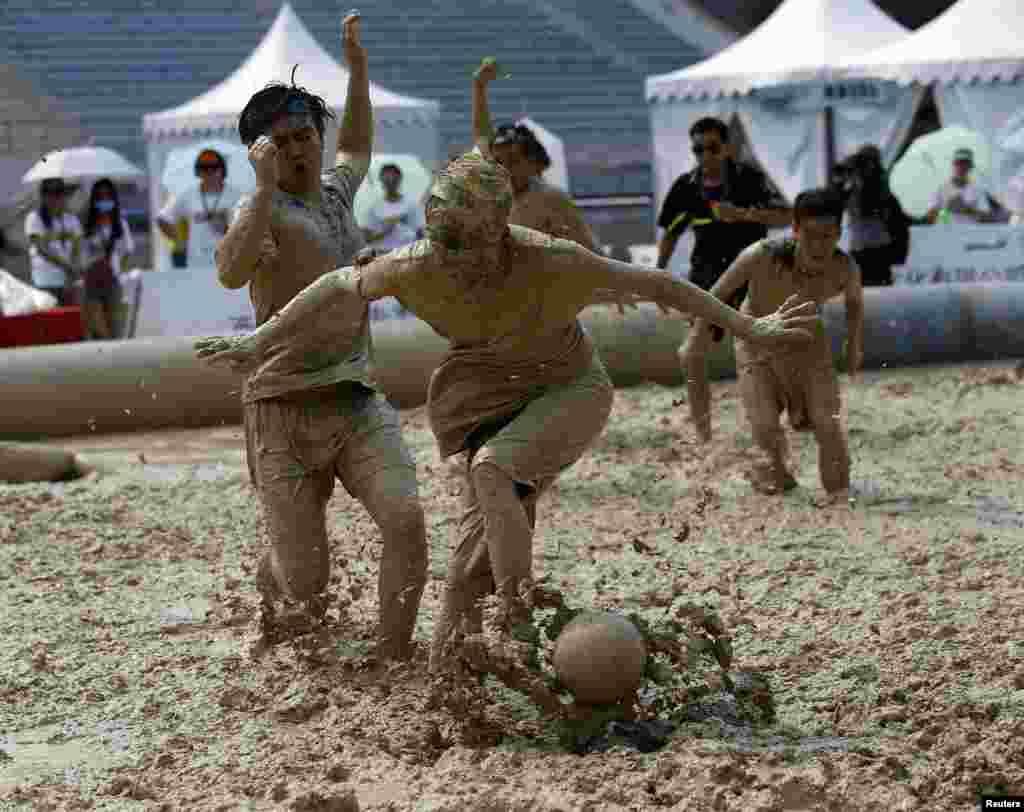 چین کے دارالحکومت بیجنگ میں کیچڑ میں کھیلے جانیوالے فٹ بال ٹورنامنٹ کا آغاز ہو گیا۔