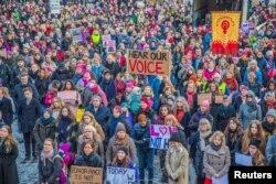 Người biểu tình tụ tập trong cuộc Tuần hành của Phụ nữ (Women's March) ở Oslo, Na Uy, ngày 21 tháng 1, 2017. Cuộc tuần hành được tổ chức trong tình đoàn kết với các cuộc tuần hành khác ở Mỹ và khắp thế giới sau khi Tổng thống Trump nhậm chức.