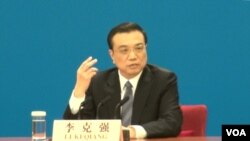 李克强总理3月13日在中国人大会议闭幕后举行的中外记者招待会上(美国之音 东方拍摄)