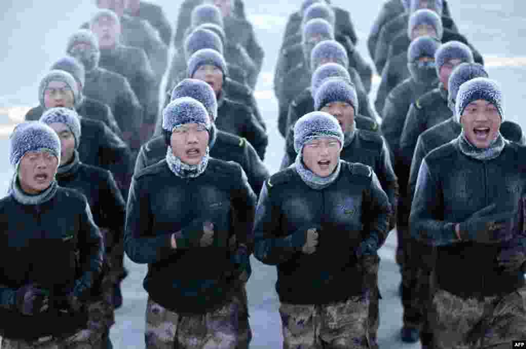 Pasukan China melakukan latihan saat kondisi cuaca membeku di kota Heihe, provinsi Heilongjiang.