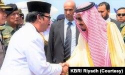 Duta Besar RI untuk Arab Saudi Agus Maftuh (kiri) bersalaman dengan Raja Salman (kanan). (Foto: Courtesy/KBRI Riyadh)