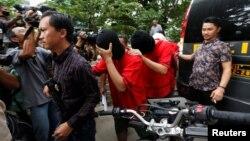 Polisi mengamankan para tersangka dalam penggerebekan di sebuah sauna gay di Jakarta, 9 Oktober lalu (foto: dok).