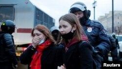 Затримання учасниць демонстрації на підтримку ув'язненого опозиціонера Олексія Навального у Санкт-Петербурзі, Росія 21 квітня 2021 р.