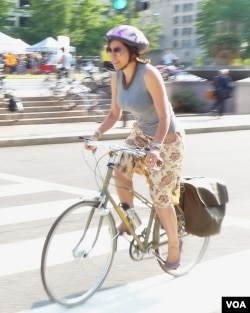 Carla Saenz, mulai bersepeda ke kantor sejak setahun lalu