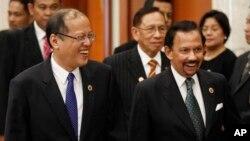 Quốc vương Brunei Hassanal Bolkiah (phải) và Tổng thống Philippines Benigno Aquino III đến dự hội nghị thượng đỉnh ASEAN lần thứ 9 tại thủ đô Bandar Seri Begawan của Brunei, thứ Năm ngày 25 tháng 4.