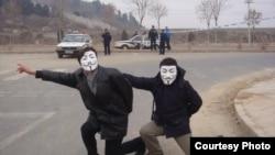 网民探访因言获罪被拘押网友/V煞面具成为中国网民反专制象征