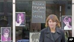 Frizer s natpison na Poljskom u West Londonu