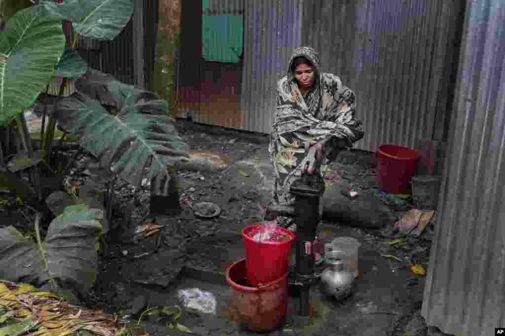 Bangladeshi woman collects arsenic-tainted water from a tube-well in Khirdasdi village, on the outskirts of Dhaka, Bangladesh, April 5, 2016. A new report estimates that some 20 million Bangladeshis are still being poisoned by arsenic-tainted groundwater drawn from government wells.