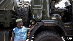Un chauffeur militaire des Forces armées de la République démocratique du Congo (FARDC) devant des camions militaires alignés le long du boulevard principal le 29 octobre 2018 à Kinshasa.