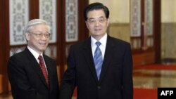 Tổng bí thư đảng Cộng sản Việt Nam Nguyễn Phú Trọng (trái) gặp Chủ tịch Trung Quốc Hồ Cẩm Ðào tại Ðại Sảnh đường Nhân dân ở Bắc Kinh, ngày 11/10/2011