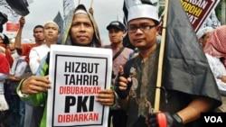 Salah seorang peserta unjuk rasa di depan gedung MPR/DPR RI Senayan, Jakarta hari Jumat 29/9. (Foto: VOA/Fathiyah)